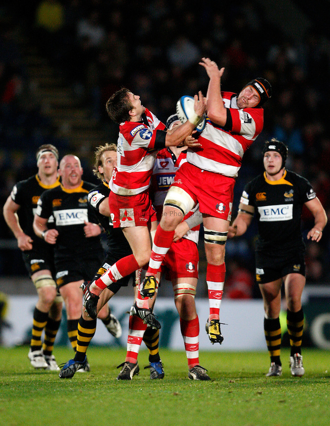 Photo: Richard Lane/Richard Lane Photography. London Wasps v Gloucester Rugby. LV= Cup. 15/11/2009. Gloucester's Rory Lawson and Will James jump for a high ball.