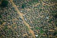 Uganda Norduganda Fluechtlingslager bei Gulu fuer Fluechtlinge des Buergerkrieg zwischen LRA und Regierungstruppen , nach Friedensabkommen kehren von den ehemals 10.000 Fluechtlingen viele in ihre Doerfer zurueck / Uganda refugee camp near Gulu for refugees of civil war between LRA and Ugandanian army , most of the former 10.000 refugees return now to their villages after the peace negotiation