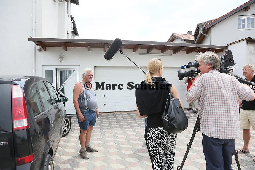 Willi Runge wird für die Sendung MainTower vom Hessischen Rundfunk zu den Schäden durch die Störche befragt