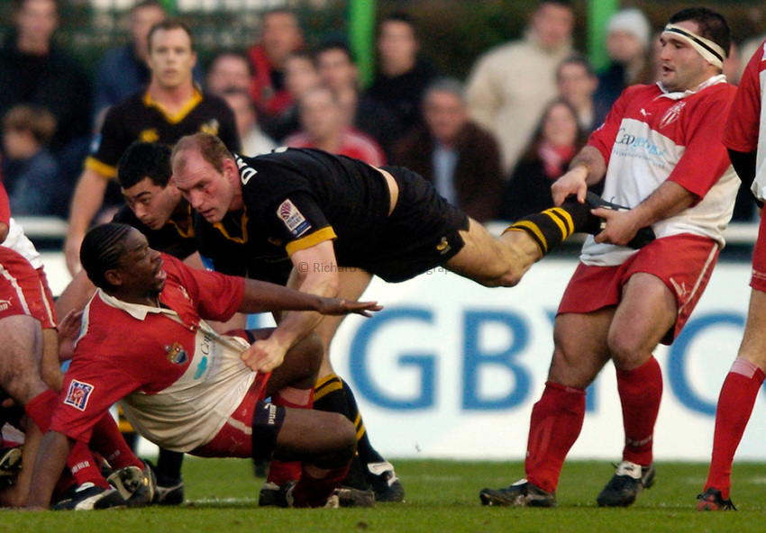 Photo: Richard Lane..Biarritz Olympique v London Wasps. Heineken Cup. 15/01/2005..Lawrence Dallaglio struggles between Serge Betsen and Michel Gonzalez.