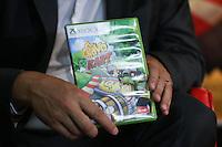 """SAO PAULO, SP, 15.05.2015 - LANCAMENTO DE JOGO - O ator Edgar Vivar, o """"Senhor Barriga"""" do seriado """"Chaves"""", lançou nesta quinta-feira (15) em São Paulo o Game de corrida """"Chaves Kart"""".  O jogo comemora os 30 anos de exibição do programa no Brasil e chega no dia 17 de junho para PlayStation 3 e Xbox 360 por R$ 100 evento ocorreu em um shopping da regiao sul da cidade de Sao Paulo. (Foto: Vanessa Carvalho/Brazil Photo Press)."""