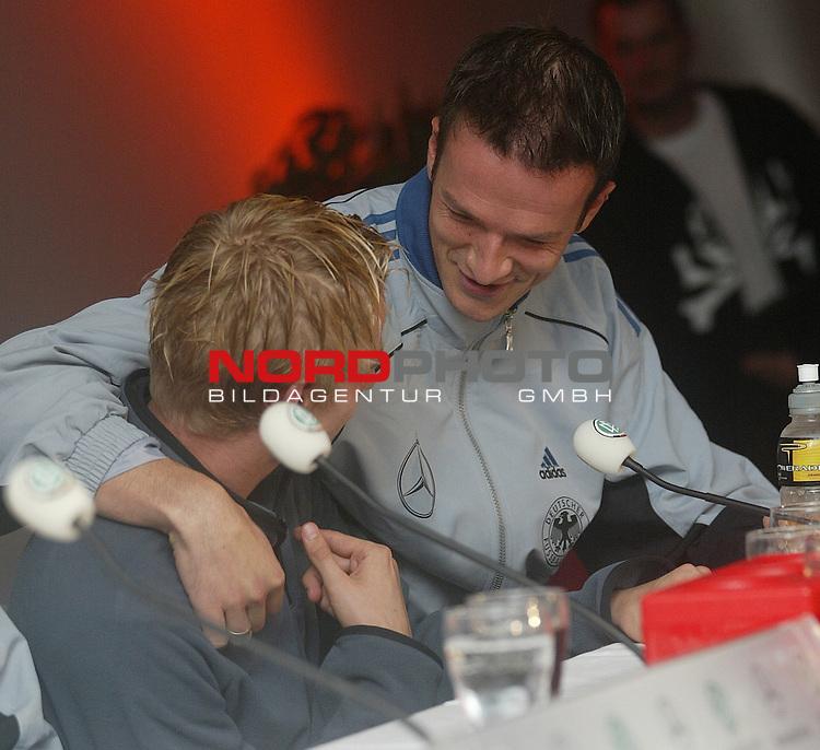 Laenderspiel EM 2004 Qualifikation<br /> Deutschland vs. Schottland 2:1<br /> Fredi Bobic (rechts) und Tobias Rau (links) nach dem Spiel in der Pressekonferenz.<br /> Foto &copy; nordphoto - Ruediger Lampe<br /> <br />  *** Local Caption *** Foto ist honorarpflichtig! zzgl. gesetzl. MwSt.<br />  Belegexemplar erforderlich<br /> Adresse: nordphoto<br /> Georg-Reinke-Strasse 1<br /> 49377 Vechta