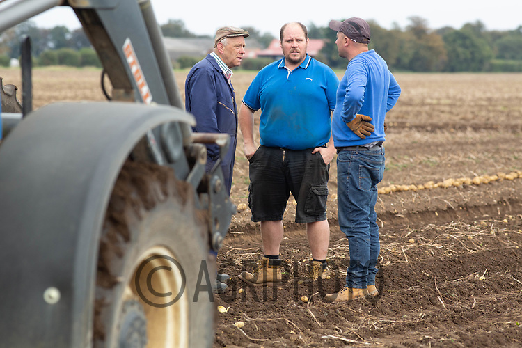 7.9.2020 Farm workers talking <br /> ©Tim Scrivener Photographer 07850 303986<br />      ....Covering Agriculture In The UK.