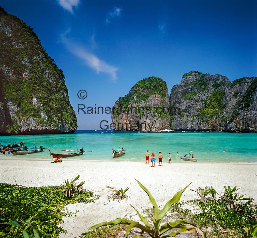 Thailand, Krabi Province, Andaman Coast, Ko Phi Phi Leh (Maya Bay): Beach Scene | Thailand, Andamanensee, Ko Phi Phi Leh (Maya Bay): Traumstrand