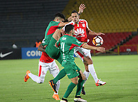 BOGOTÁ -COLOMBIA, 31-07-2018:Anderson Plata (Der.) de Independiente Santa Fe  de Colombia disputa el balón con Gonzalo Rizzo(Izq.) de  Rampla Juniors de Uruguay durante partido por los dieciseisavos de La Copa Conmebol Sudamericana 2018,jugado en el estadio Nemesio Camacho El Campín de la ciudad de Bogotá./ Anderson Plata (R) player of Independiente Santa Fe of Colombia disputes the ball with Gonzalo Rizzo(L) player of Rampla Juniors of Uruguay  during match  by the Conmebol Sudamericana Cup 2018 , played in Nemesio Camacho El Campín stadium of the Bogota  city. Photo: VizzorImage/ Felipe Caicedo / Staff