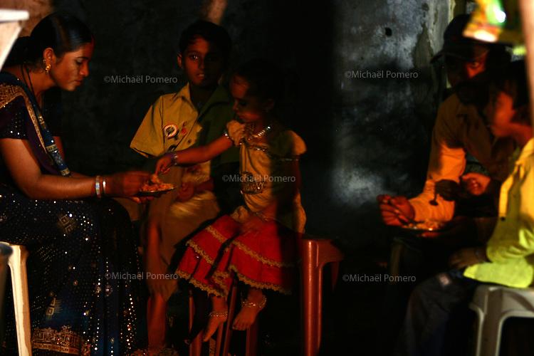 02.10.2008 Dwarka(Gujarat)<br /> <br /> Family eating during night of navratri festival(celebrate godess Durga).<br /> <br /> Famille mùangeant pendant la nuit du navratri festival(célébrant la déesse Durga)