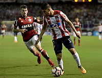 BARRANQUIILLA - COLOMBIA, 30-11-2017: Jorge Arias (Der) del Atlético Junior de Colombia disputa el balón con Felipe Viezu (Izq) jugador de Flamengo de Brasil durante partido de vuelta por la semifinal 2 de la Copa CONMEBOL Sudamericana 2017  jugado en el estadio Metropolitano Roberto Meléndez de la ciudad de Barranquilla. / Jorge Arias (R) player of Atlético Junior of Colombia struggles the ball with Felipe Viezu (L) player of Flamengo of Brazil during second leg match for the semifinal 2 of the Copa CONMEBOL Sudamericana 2017played at Metropolitano Roberto Melendez stadium in Barranquilla city.  Photo: VizzorImage / Gabriel Aponte / Staff