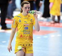 EHF Champions League Handball Damen / Frauen / Women - HC Leipzig HCL : SD Itxako Estella (spain) - Arena Leipzig - Gruppenphase Champions League - im Bild: Durstig nach dem Spiel - Louise Lyksborg. Foto: Norman Rembarz .