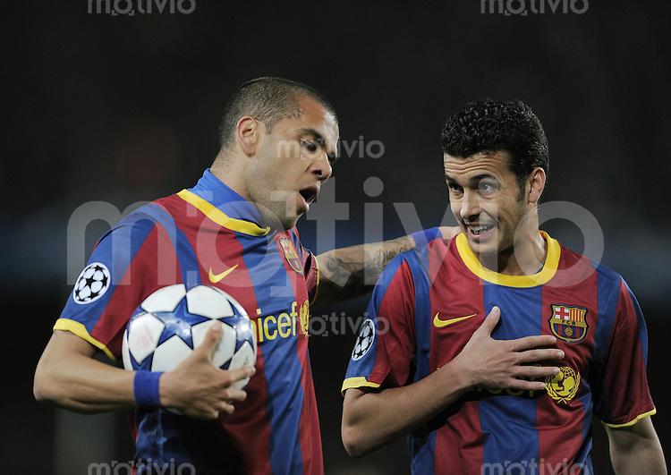 FUSSBALL   CHAMPIONS LEAGUE   SAISON 2010/2011   Achtelfinale  08.03.2011 FC Barcelona - Arsenal London Daniel Alves  (li, Barca) und Pedro Rodriguez  (Barca)