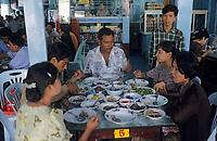"Asie/Birmanie/Myanmar/Haute Birmanie/Mandalay: Restaurant ""Birman Aye Myit Tar"" - Curry de crevettes et son accompagnement"