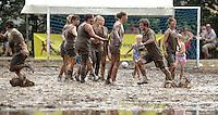 5. Matschfussball-Meisterschaft in Woellnau. Auf zwei gefluteten Aeckern wird alljaehrlich in Wöllnau (Woellnau) bei Eilenburg der Deutsche Matschfussball-Meister gesucht. Waehrend bei den Herren zehn Teams um die Schale kaempften, stritten bei den Damen vier Teams um die Ballnixe.  Ein feutfroehliches und dreckiges Spektakel, dass gut 1000 Besucher in die Duebener Heide gelockt hat. Am Ende durften bei den Herren das City Bootcamp jubeln. Sie verteidigten den Pott, bezwangen im Finale Battaune mit 3:2. Bei den Damen siegten die Volleyballerinnen aus Priestäblich (Priestaeblich).  im Bild:   Jubel bei den Wild Chicks ueber den dritten Platz. Foto: Alexander Bley