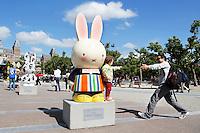 Nederland Amsterdam 2015 07 30 .In 2015 wordt Nijntje 60 jaar. Een van de evenementen die georganiseerd worden is de Nijntje Art Parade. De Nijntje Art Parade is georganiseerd in samenwerking met UNICEF. Nijntjes en toeristen op het Museumplein