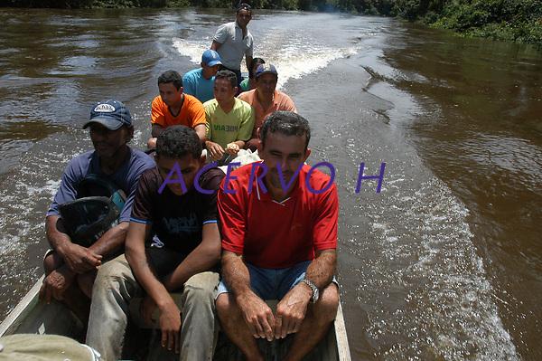 Centenas de garimpeiros chegam todos os dias a beira do rio Juma para se dirigir ao garimpo de lanchas voadeiras. No meio da mata garimpeiros continuam a cavar em busca de ouro na grota Rica. Milhares de garimpeiros se encontram espalhados pela regi&bdquo;o do Garimpo em busca de novas jazidas. O  garimpo descoberto em Novo Aripuan&bdquo;, no sul do Amazonas no igarap&Egrave; da Preciosa, um afluente do rio Juma (a 70 km da cidade de Apu&Igrave;) vai crescendo com dezenas de buracos abertos sob a selva.<br /> Novo Aripuan&bdquo;, Amazonas, Brasil<br /> 01/02/2007<br /> Foto Paulo Santos/Interfoto