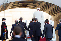 Papa Francesco lascia Piazza San Pietro al termine dell'udienza generale del mercoledi', Citta' del Vaticano, 11 novembre 2015.<br /> Pope Francis leaves at the end of his weekly general audience in St. Peter's Square at the Vatican, 11 November 2015.<br /> UPDATE IMAGES PRESS/Riccardo De Luca<br /> <br /> STRICTLY ONLY FOR EDITORIAL USE