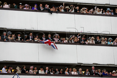 18 June 2004: Racegoers on the grandstand walkways singing with the band after racing at Royal Ascot. Photo: Chris Brown/Action Plus...040618 horse racing crowd crowds band