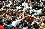 Promesseiros carregam a corda em pagamento as promessas feitas a Nossa Senhora de Nazar&eacute; no decorrer da prociss&atilde;o que ocorre a mais de 200 anos em Bel&eacute;m. As estimativas s&atilde;o de mais de 1.500.000 pessoas acompanhem &agrave; prociss&atilde;o.<br />Bel&eacute;m-Par&aacute;-Brasil<br />08/10/2000 <br />&copy;Foto: Paulo Santos/Interfoto.