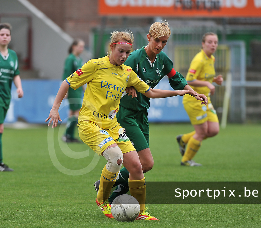 WB Sinaai Girls - Lommel United : Stephanie Ehlen aan de bal voor Sindy Vlems.foto Joke Vuylsteke / Vrouwenteam.be
