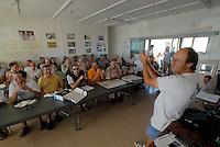 4415 / Briefing: AFRIKA, SUEDAFRIKA, 01.01.2007:Flugplatz Gariepdam, Briefing in Gariepdam, Martin Lessle beklatscht die Leistung des vorherigen Tags