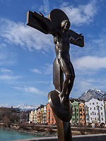 Kruzifix von Rudi Wach auf der alten Innbrücke, historische Fassaden in St.Nikolaus-Mariahilf, Innsbruck, Tirol, Österreich, Europa<br /> Crucifix by Rudi Walch on old Inn Bridge, historical facades in St. Nikolaus-Mariahilf, Innsbruck, Tyrol, Austria, Europe