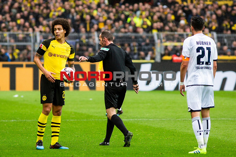 09.02.2019, Signal Iduna Park, Dortmund, GER, 1.FBL, Borussia Dortmund vs TSG 1899 Hoffenheim, DFL REGULATIONS PROHIBIT ANY USE OF PHOTOGRAPHS AS IMAGE SEQUENCES AND/OR QUASI-VIDEO<br /> <br /> im Bild | picture shows:<br /> Schiedsrichter Marco Fritz mit Axel Witsel (Borussia Dortmund #28) entscheidet auf Freistoss f&uuml;r den BVB, <br /> <br /> Foto &copy; nordphoto / Rauch