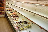 Scaffali vuoti nel supermercato per lo sciopero dei trasporti..Empty shelves in the supermarket for the strike of transport..