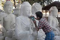 Myanmar, (Burma), Mandalay-Division, Mandalay: Stone carver making Buddha images | Myanmar (Birma), Mandalay-Division, Mandalay: Steinmetz fertigt Buddha Statuen