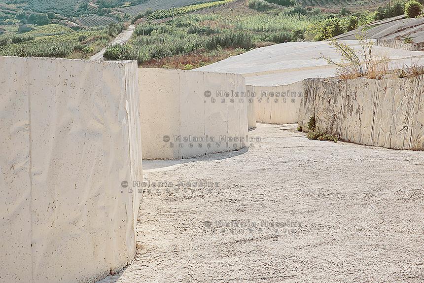 Gibellina: Il cretto di Burri ricopre i ruderi della citt&agrave; distrutta dal terremoto.<br /> Gibellina: The Cretto di Burri (crack of Burri) based on the old city destroyed by the earthquake