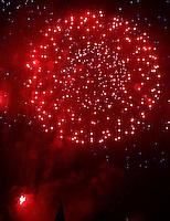 RIO DE JANEIRO, RJ, 01 DE JANEIRO 2012 - REVEILLON PRAIA DE COPACABANA -  Queima de fogos celebra a chegada de 2012 na praia de Copacabana no Rio de Janeiro, no inicio da madrugada deste domingo, 01. (FOTO: WILLIAM VOLCOV - NEWS FREE).