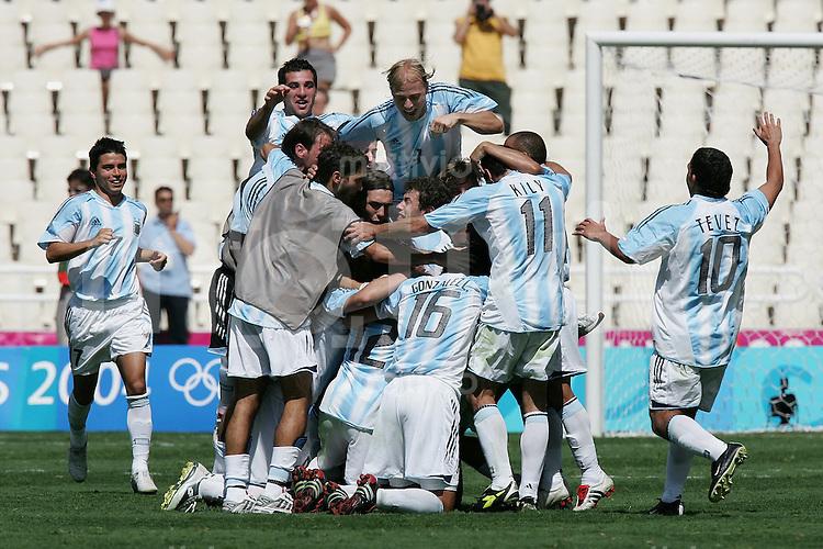 Olympia 2004 Athen Fussball; Maenner Finale Argentinien - Paraquay JUBEL ARG; Torschuetze Carlos Tevez (re) und Javir Saviola (li)