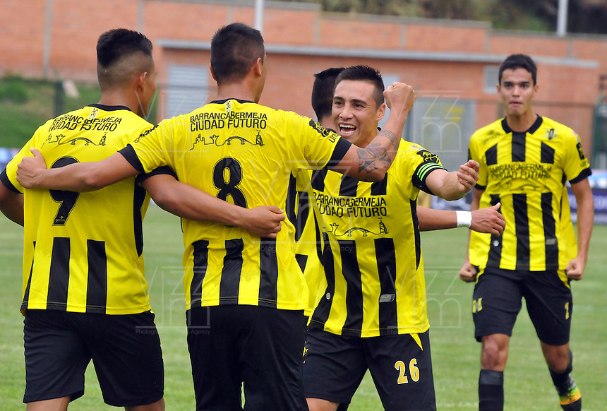 FLORIDABLANCA -COLOMBIA, 11-FEBERERO-2015.  Luis Espinola (#8) jugador de Alianza Petrolera celebra su gol  contra Aguilas Pereira durante encuentro  por la fecha 3 de la Liga Aguila I 2015 disputado en el estadio Alvaro Gómez Hurtado de la ciudad de Floridablanca./ Luis Espinola (# 8) player of Alianza Petrolera celebrates his goal against  of Aguilas Pereira during match for the third date of the Aguila League I 2015 played at Alvaro Gomez Hurtado stadium in Floridablanca city Photo:VizzorImage / Jose Martinez / Stringer