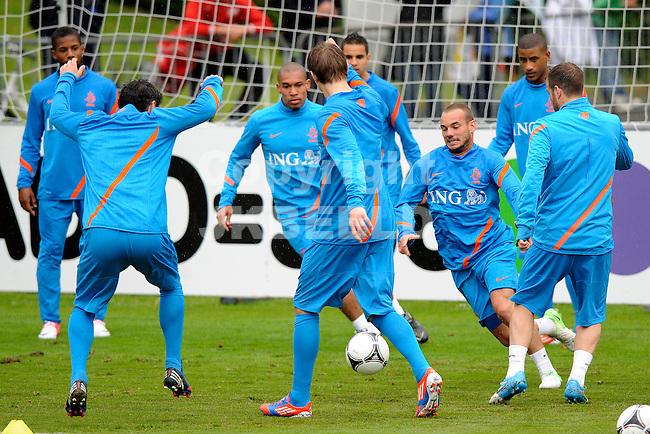 LAUSANNE - Trainingskamp Nederlands Elftal in Zwitserland in het Stade Juan-Antonio Samaranch, voorbereiding EK 2012, 21-05-2012, rondo met in het midden Wesley Sneijder.