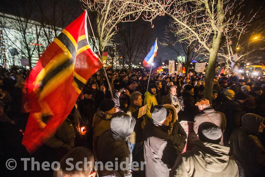 Rund 200 Teilnehmer waren erschienen // Kundgebung der Neuen Rechten und AfD nach Anschlag am Breitscheidplatz  vor dem Kanzleramt in Berlin.