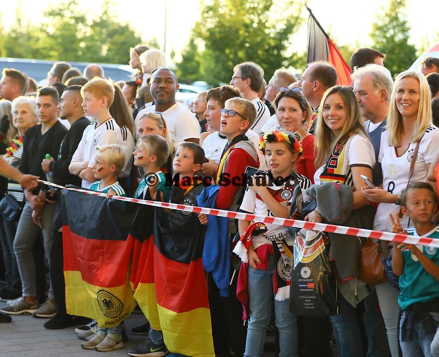 Fans warten auf die Mannschaft - 09.09.2018: Deutschland vs. Peru, Wirsol Arena Sinsheim, Freundschaftsspiel DISCLAIMER: DFB regulations prohibit any use of photographs as image sequences and/or quasi-video.