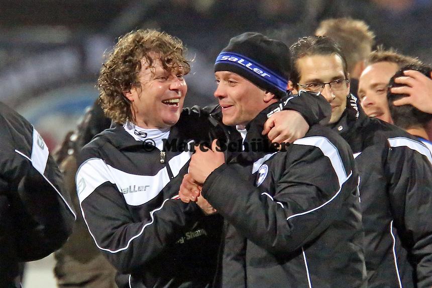 Trainer Stefan Krämer jublet mit Fabian Klos (Bielefeld)  - FSV Frankfurt vs. Arminia Bielefeld, Frankfurter Volksbank Stadion