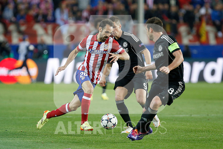 Atletico de Madrid´s Diego Godin (L) and  Chelsea´s Frank Lampard during Champions League semifinal first leg soccer match between Atletico de Madrid and Chelsea, at the Vicente Calderon stadium, in Madrid, Spain, April 22, 2014. (ALTERPHOTOS/Victor Blanco)