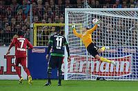 FUSSBALL   1. BUNDESLIGA   SAISON 2012/2013  5. SPIELTAG  26.09.2012 SC Freiburg - SV Werder Bremen Freistosstor zum 1-0, Torwart Sebastian Mielitz (SV Werder Bremen)  kommt nicht an den Ball