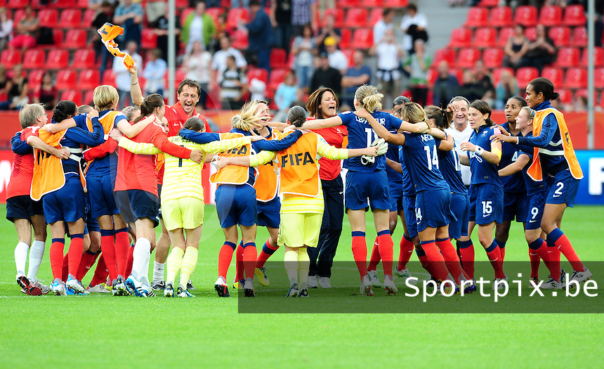 Fifa Women's World Cup Germany 2011 : England - France - at Leverkusen : vreugdedansje na de winst door de Franse ploeg.foto DAVID CATRY / Vrouwenteam.be