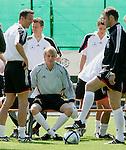Fussball INTERNATIONAL EURO 2004 Nationalmannschaft ; DFB ; Deutschland, FOTOTERMIN    Fredi Bobic, Timo Hildebrand und Trainer Michael Skibbe (v.li)