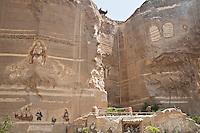 2011 Mokattam Garbage City (alla periferia del Cairo) il quartiere copto dove si vive in mezzo alla spazzatura raccolta: sculture di tema religioso scolpite nella su pareti di roccia vicino alla Chiesa copta.