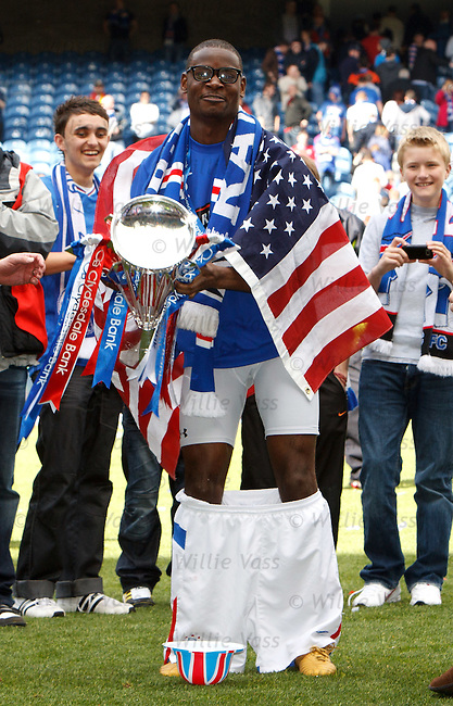 Maurice Edu caught with his pants down