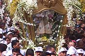 A imagem de Nossa Senhora de Nazar&eacute;, &eacute; levada por milhares de fi&eacute;is durante a procissao em uma <br />berlinda(carro puxado por pessoas que leva Nossa Senhora) como pagamento de promessas feitas a virgem.<br /> A festa religiosa que acontece a mais de 200 anos , a proocissao  acontece durante o segundo domingo de outubro com milheres de pagadores de promessa <br />Belem Para Brasil<br />12/10/2003<br />Foto Paulo Santos/Interfoto