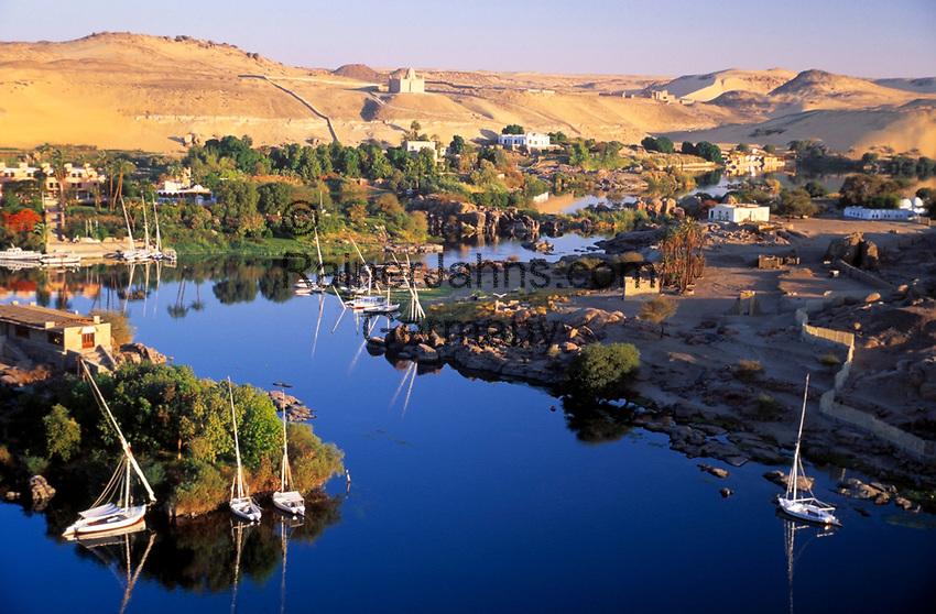 EGY, Aegypten, Nil bei Assuan, im Hintergrund das Aga Khan Mausoleum und die Villa der Begum   EGY, Egypt, Assuan: river Nile, at background Aga Khan Mausoleum and Begum's Villa