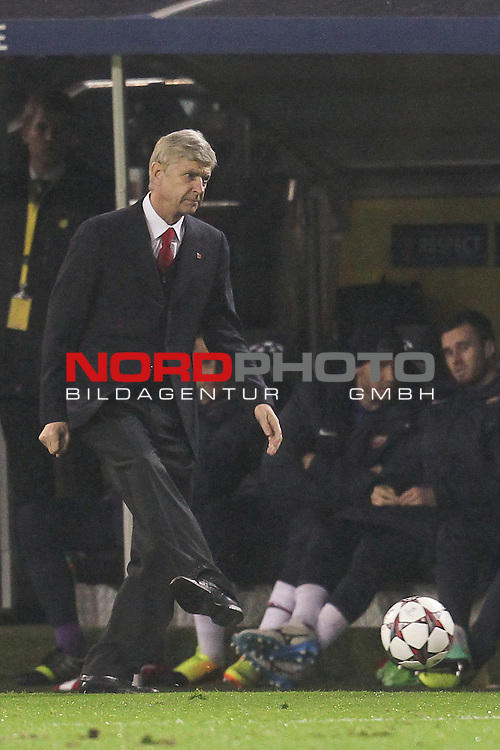 06.11.2013, Signal Iduna Park, Dortmund, Deutschland, UEFA Champions League, Gruppenphase, Pool F, Borussia Dortmund (GER) vs. Arsenal FC (ENG), im Bild <br /> Arsene Wenger (Trainer Arsenal) mit Ball<br /> <br /> Foto &not;&copy; nph / Mueller *** Local Caption ***