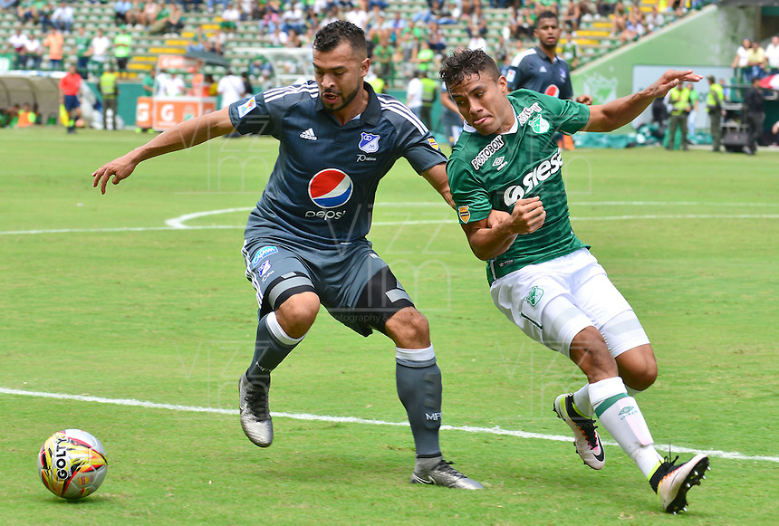 CALI -COLOMBIA-17-04-2016. Andres Felipe Roa (Der) del Deportivo Cali disputa el balón con Andres Cadavid (Izq) de Millonarios durante partido por la fecha 13 de la Liga Águila I 2016 jugado en el estadio Palmaseca de Cali./ Andres Felipe Roa (R) player of Deportivo Cali fights for the ball with Andres Cadavid (L) player of Millonarios during match for the date 13 of the Aguila League I 2016 played at Palmaseca stadium in Cali. Photo: VizzorImage/ NR / Cont