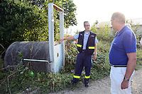 MdB Franz-Josef Jung besucht den THW in Groß-Gerau und lässt sich von Henning Müller (Leiter SEELift, THW OV Groß-Gerau) die verschiedenen Übungsstationen erklären