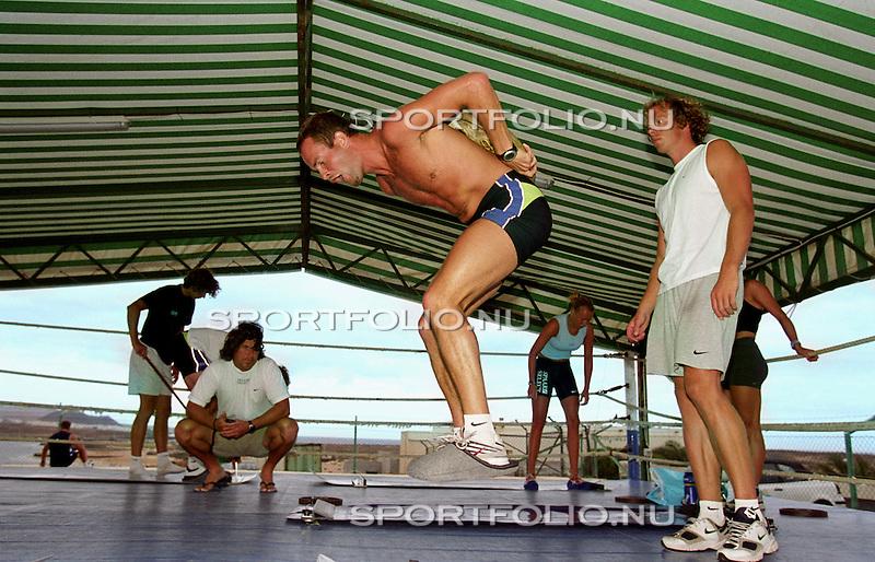 Spanje, Lanzarote, 14 september 2001.Trainingskamp Team Spaar Select.Erben Wennemars (midden) doet een springtraining met een gewicht op zijn rug. Peter Muelller (2e van r) kijkt toe.