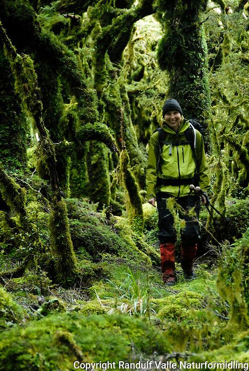 Person går i eventyrskog kledd i mose ---- Person walking in forest covered in moss