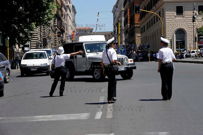 Roma 12 Giugno 2009.Tre Vigilesse della  polizia municipale dirigono  il traffico in Via Cavour.Women police  they direct the traffic in the street Cavour