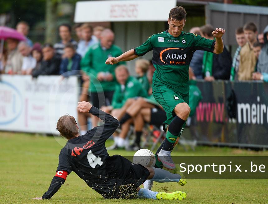 SVV Damme - Cercle Brugge : de tackle van Sam Devinck (links) voor Sam Valcke (r) <br /> foto VDB / BART VANDENBROUCKE