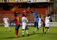 PASTO - COLOMBIA -22-10-2016: Wilfrido de la Rosa (Izq.) jugador de Deportivo Pasto disputa el balon con Jefferson Martinez (Der.) portero de Envigado F.C., durante partido Deportivo Pasto y Envigado F.C., por la fecha 15 de la Liga Aguila II 2017, jugado en el estadio Departamental Libertad de la ciudad de Pasto.  / Wilfrido de la Rosa (L) player of Deportivo Pasto fights for the ball with Jefferson Martinez (R) goalkeeper  of Envigado F.C., during a match Deportivo Pasto and Envigado F.C., for the date 15th of the Liga Aguila II 2017 at the Departamental Libertad stadium in Pasto city. Photo: VizzorImage. / Leonardo Castro / Cont.